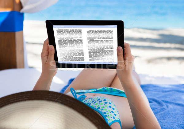 Kobieta czytania ebook plaży książki kobiet Zdjęcia stock © AndreyPopov