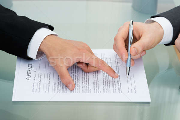 Affaires signature contrat personne pointant papier Photo stock © AndreyPopov