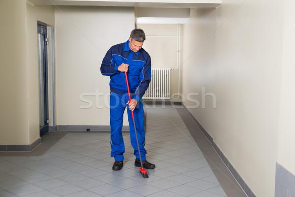 Werknemer bezem schoonmaken kantoor gang Stockfoto © AndreyPopov