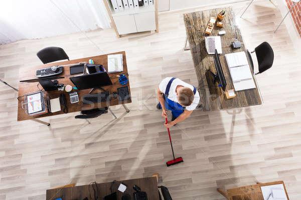 Concierge nettoyage étage balai bureau vue Photo stock © AndreyPopov