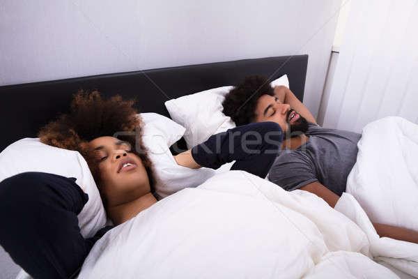 Vrouw oren man snurken bed Stockfoto © AndreyPopov
