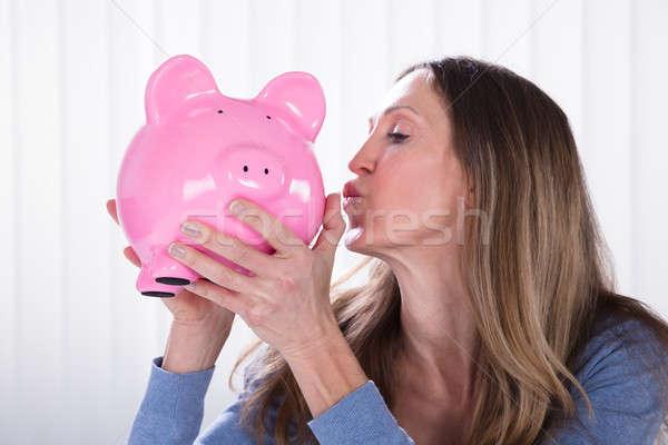Mulher madura beijando vista lateral mulher dinheiro Foto stock © AndreyPopov