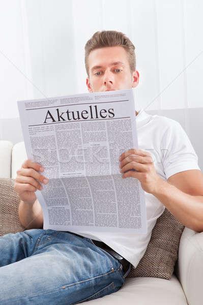 Homem leitura jornal manchete atual notícia Foto stock © AndreyPopov