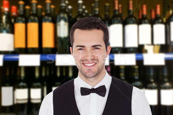 Foto stock: Sorridente · masculino · garçom · retrato · jovem · bar