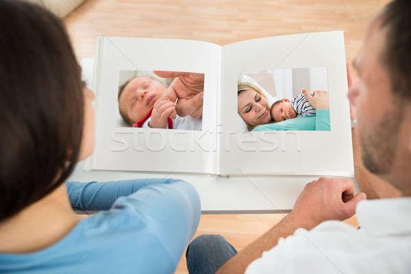 Pár néz fényképalbum közelkép férfi gyermek Stock fotó © AndreyPopov