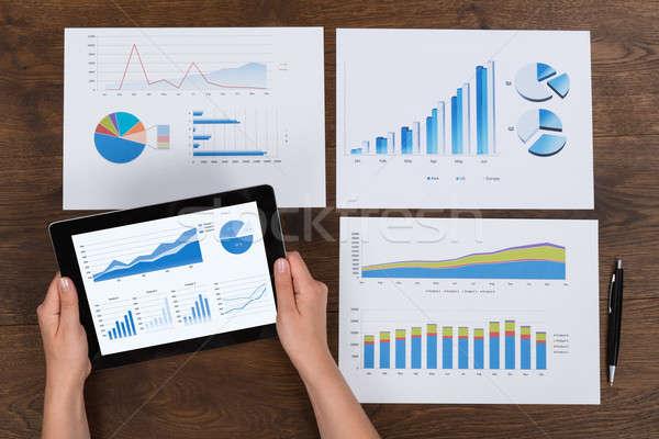Személy pénzügyi táblázatok közelkép kezek asztal Stock fotó © AndreyPopov