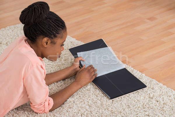 Vrouw naar jonge afrikaanse woonkamer Stockfoto © AndreyPopov