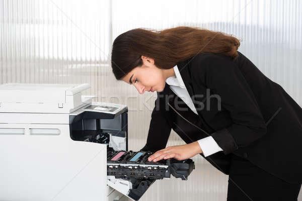 üzletember megjavít patron gép iroda oldalnézet Stock fotó © AndreyPopov