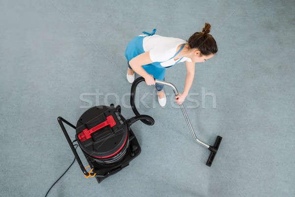Kadın temizlik zemin elektrikli süpürge genç Stok fotoğraf © AndreyPopov