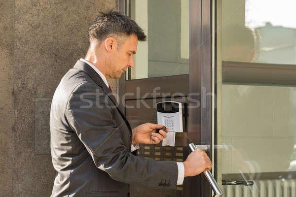Imprenditore telecomando porta aperta primo piano porta sicurezza Foto d'archivio © AndreyPopov