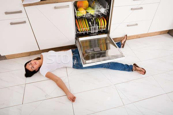Kadın zemin bulaşık makinesi görmek genç kadın Stok fotoğraf © AndreyPopov