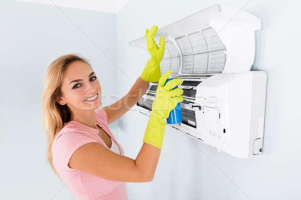 女性 洗浄 空調装置 肖像 笑顔の女性 スプレー ストックフォト © AndreyPopov