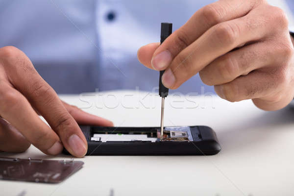 Tecnico cellulare primo piano mano desk Foto d'archivio © AndreyPopov