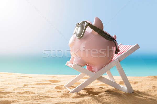 Rosa Sparschwein entspannenden Deck Stuhl Stock foto © AndreyPopov