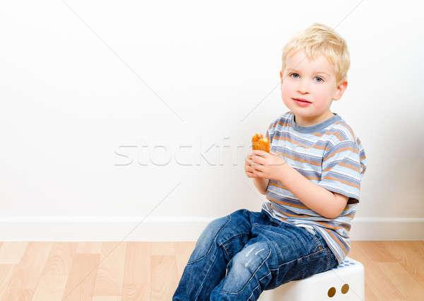 Bonitinho pequeno menino alimentação delicioso bolinhos Foto stock © anmalkov