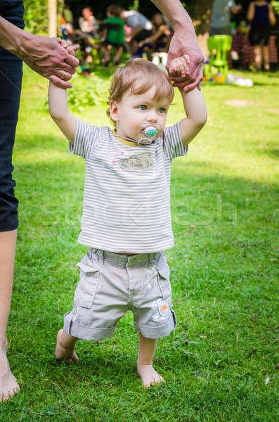 Pequeno bonitinho bebê menino caminhada mãe Foto stock © anmalkov