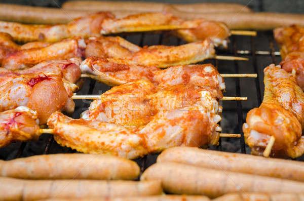 Foto d'archivio: Salsicce · pollo · ali · fumare · grill · barbeque