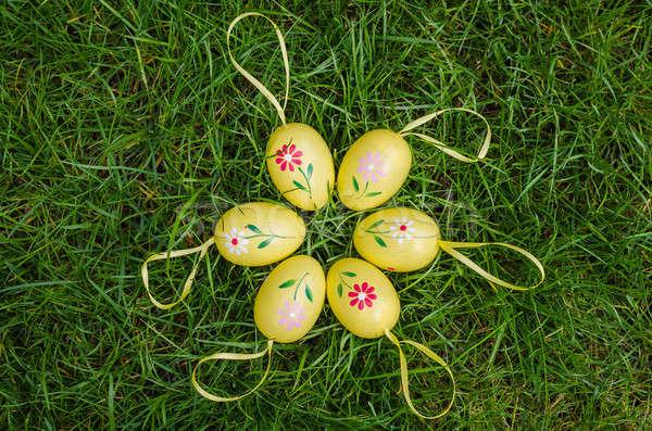 Pintado ovos de páscoa grama verde fresco primavera grama Foto stock © anmalkov