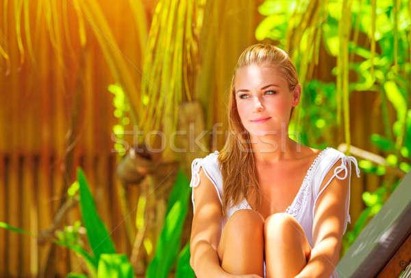 Piękna kobieta posiedzenia tropikalnych parku portret Zdjęcia stock © Anna_Om