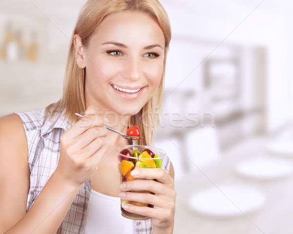 Gelukkig vrouw eten vruchtensalade portret eten Stockfoto © Anna_Om
