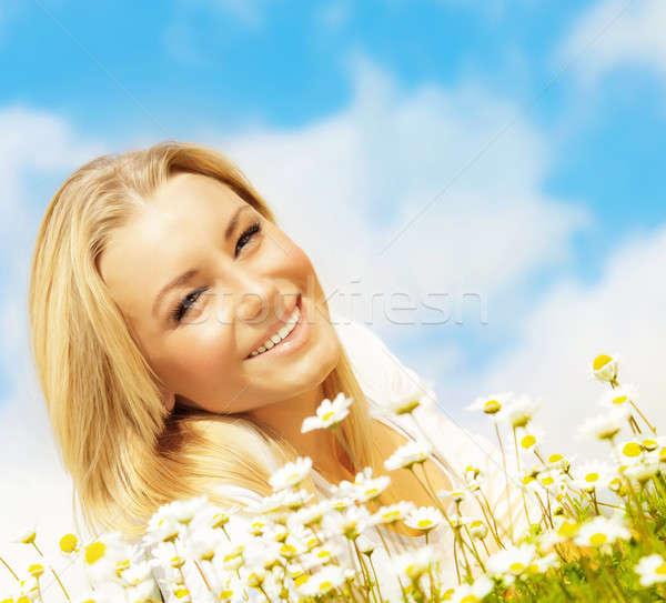 Belle femme Daisy domaine ciel bleu Nice Photo stock © Anna_Om
