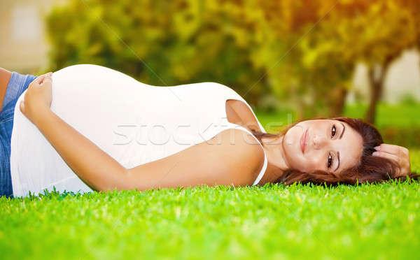 Felice donna incinta cute fresche erba verde Foto d'archivio © Anna_Om