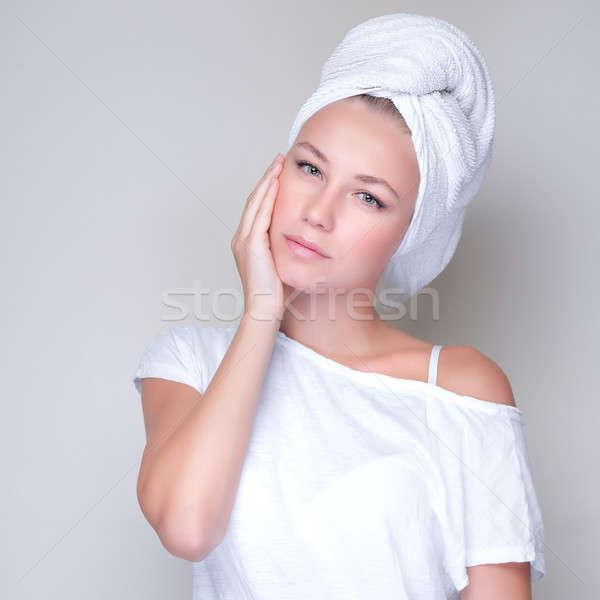 Szépségápolás közelkép portré gyönyörű fiatal nő törölköző Stock fotó © Anna_Om