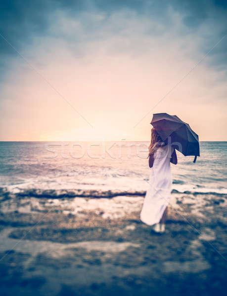 Tristezza vista posteriore donna ombrello spiaggia ragazza Foto d'archivio © Anna_Om