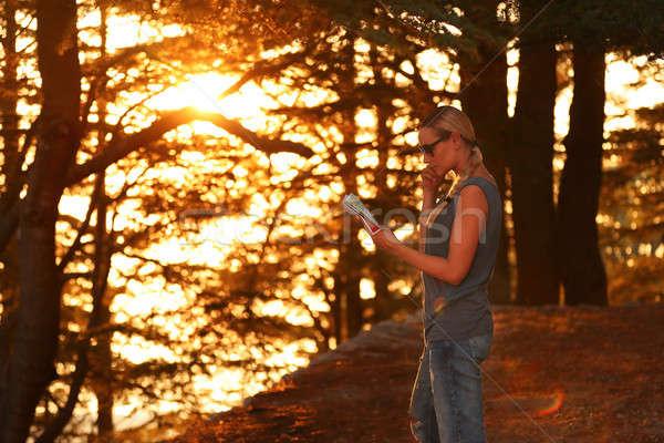 Reiziger vrouw bos genieten zonsondergang mooie Stockfoto © Anna_Om