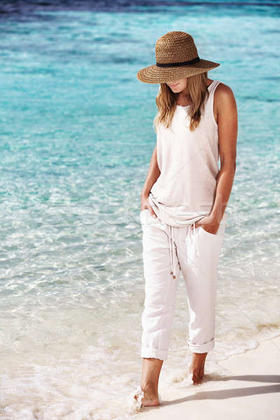Szép lány sétál tengerpart élvezi frissítő Stock fotó © Anna_Om