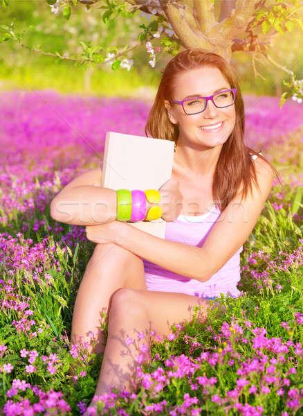 Belle étudiant fille champ de fleurs séance fleurs Photo stock © Anna_Om