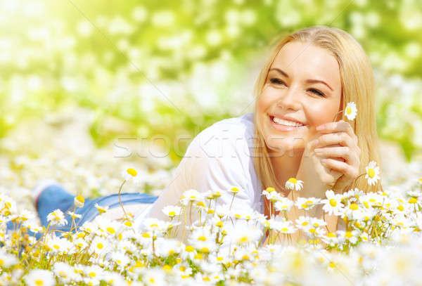 Kobieta Daisy dziedzinie obraz pretty woman Zdjęcia stock © Anna_Om