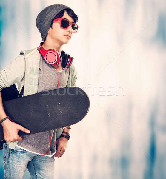 Elegáns fickó gördeszka grunge tinédzser élvezi Stock fotó © Anna_Om