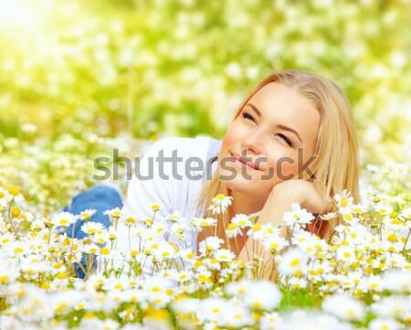 Foto d'archivio: Ragazza · felice · Daisy · campo · di · fiori · bella · donna · campo