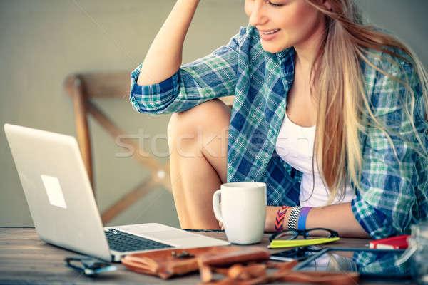 Szabadúszó dolgozik kint kávézó lány laptop Stock fotó © Anna_Om