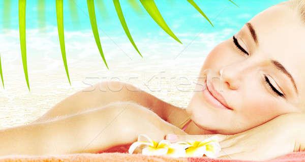 élvezi fürdő tengerpart üdülőhely gyönyörű fiatal felnőtt Stock fotó © Anna_Om
