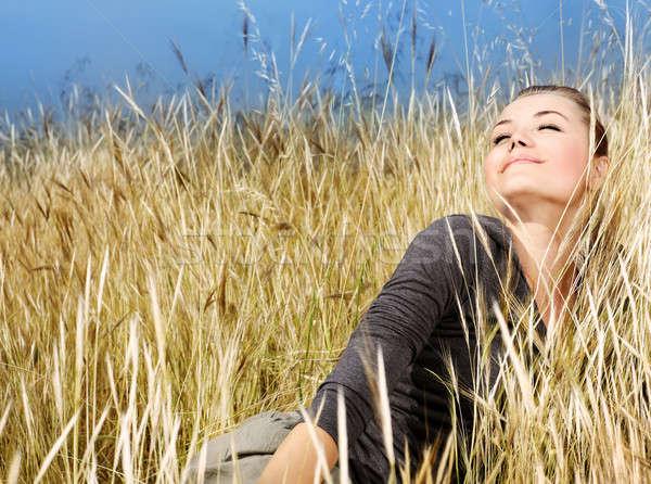 Kobieta pole pszenicy charakter jesienią naturalnych Zdjęcia stock © Anna_Om