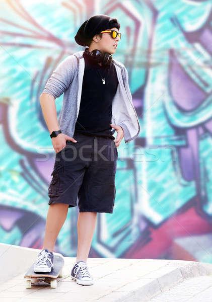 Elegáns görkorcsolyázó fiú hallgat zene áll Stock fotó © Anna_Om