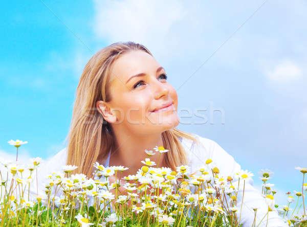 Boldog lány élvezi százszorszép virágmező gyönyörű nő mező Stock fotó © Anna_Om