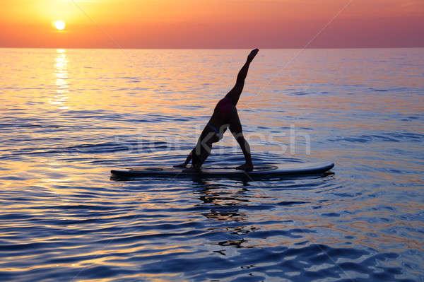 Jogi plaży kobiet wykonywania piękna wygaśnięcia Zdjęcia stock © Anna_Om