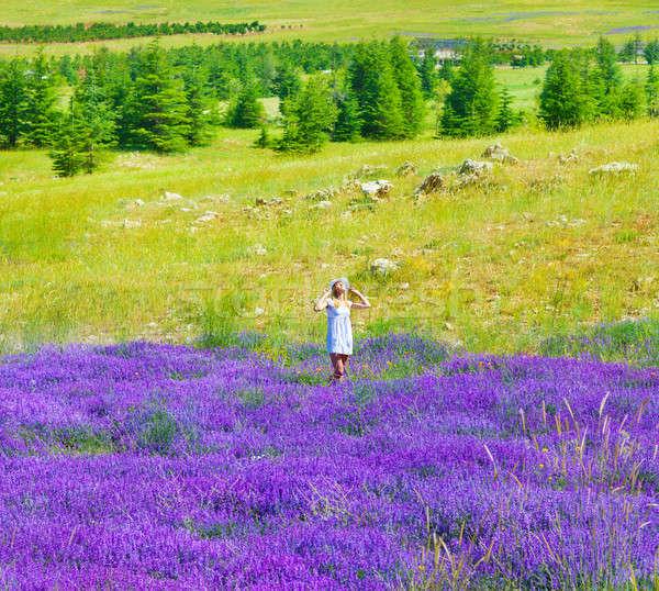 Mooi meisje genieten lavendel veld mooie vrouw witte jurk Stockfoto © Anna_Om