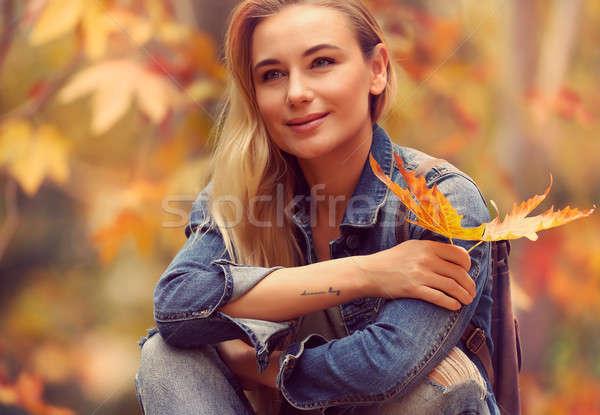 Piękna kobieta jesienią parku portret posiedzenia wyschnięcia Zdjęcia stock © Anna_Om