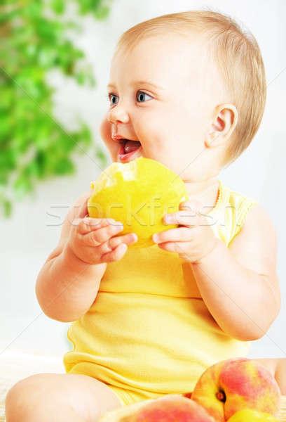 Piccolo baby mangiare mela primo piano ritratto Foto d'archivio © Anna_Om