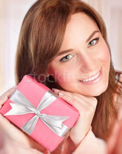 Сток-фото: счастливым · женщину · шкатулке · портрет · улыбающаяся · женщина