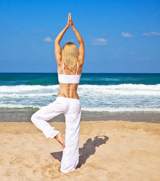 Gezonde yoga oefening strand vrouw vrouwelijke Stockfoto © Anna_Om