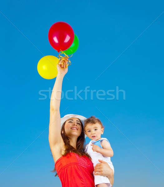 Gelukkig gezin lucht ballonnen kleurrijk blauwe hemel Stockfoto © Anna_Om