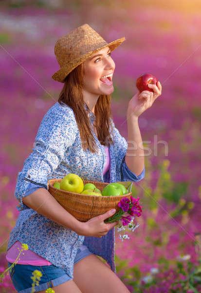 Cute ragazza mordere mela rossa giovani agricoltore Foto d'archivio © Anna_Om