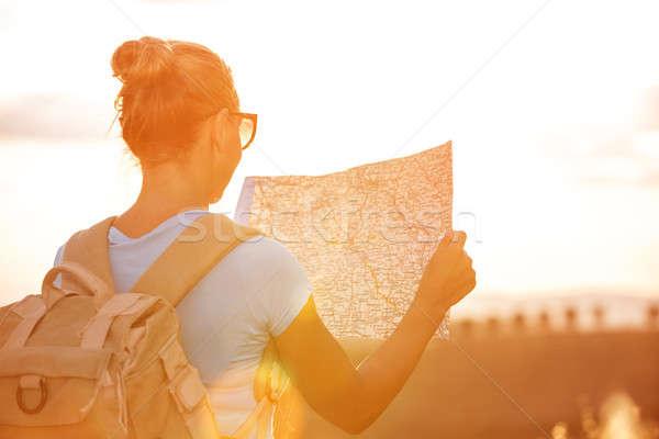 Gelukkig reiziger meisje Maakt een reservekopie kant zoeken Stockfoto © Anna_Om