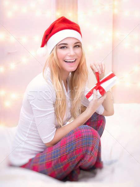 Stock fotó: Izgatott · lány · ajándék · doboz · örömteli · ül · ágy