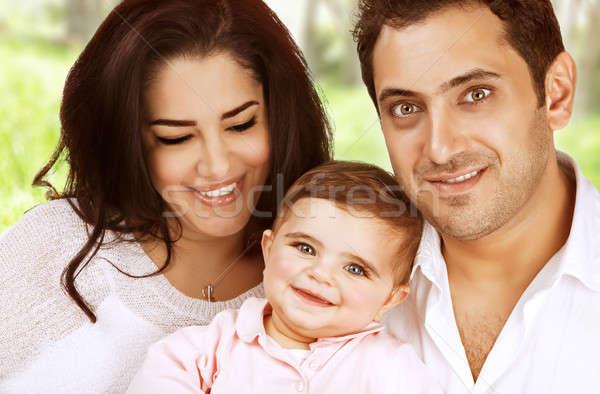 Foto stock: Retrato · de · família · ao · ar · livre · árabe · tempo · jovem